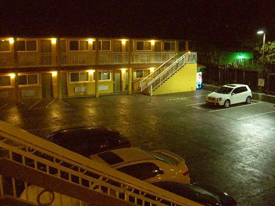 Quality Inn University: Blick aus meinen Zimmer auf den Parkplatz vor dem Hotel