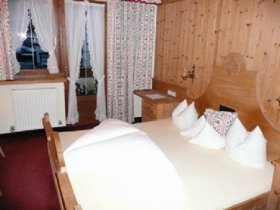 Hotel Tirolerhof: Bed/main room in Room 2