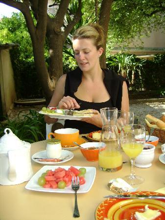 Hotel Villa Les Cygnes: Breakfast in the garden