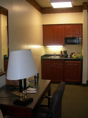 Hawthorn Suites by Wyndham Bloomington: kitchenette in standard room