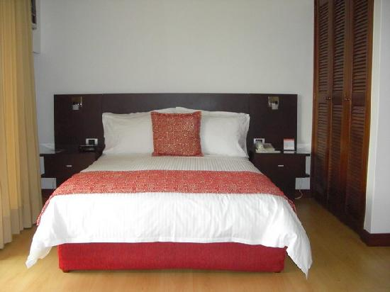 un lit confortable picture of leblon suites hotel medellin tripadvisor. Black Bedroom Furniture Sets. Home Design Ideas
