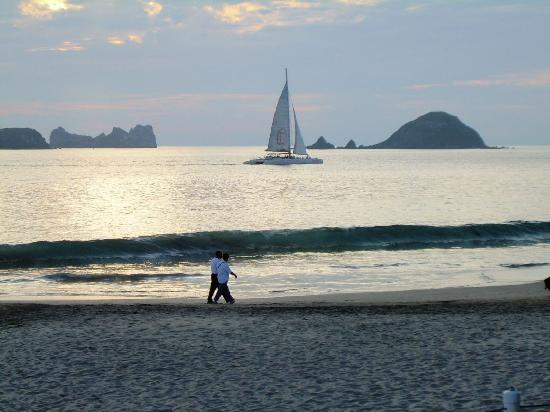 Inter-Continental Presidente Ixtapa : Picante Sunset Cruise Boat from our hotel