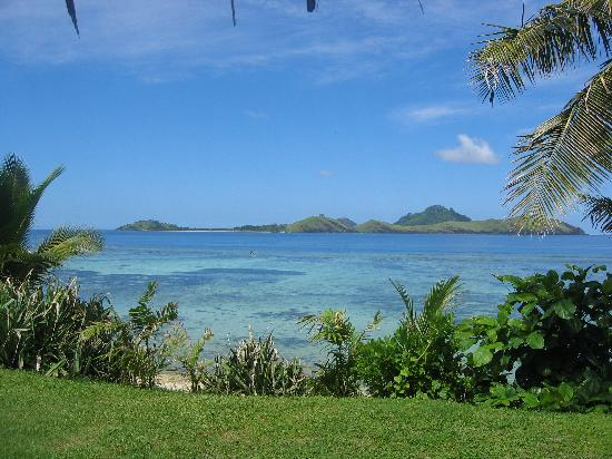 Tokoriki Island Resort: Looking down to the ocean from the grass at the front of our villa
