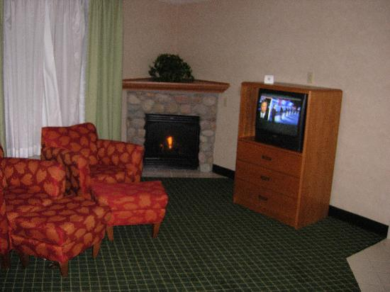Fairfield Inn & Suites Steamboat Springs: Fireplace and sitting area