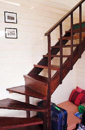 Arun Residence: Stairway to loft sleeping