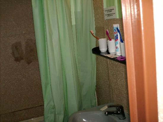 Opatov Hotel: shower