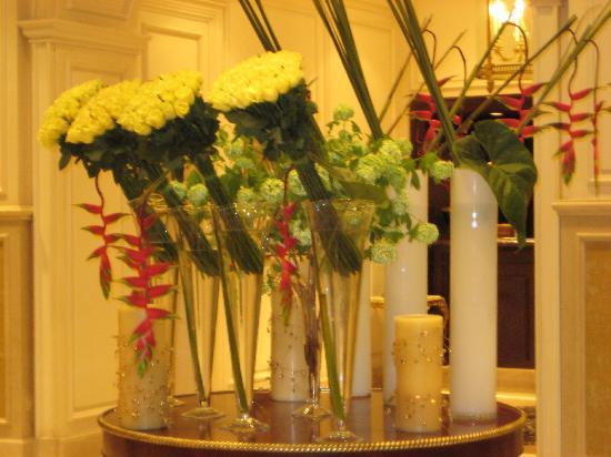 Four Seasons Hotel Alexandria : Beautiful flower arrangements throughout the hotel