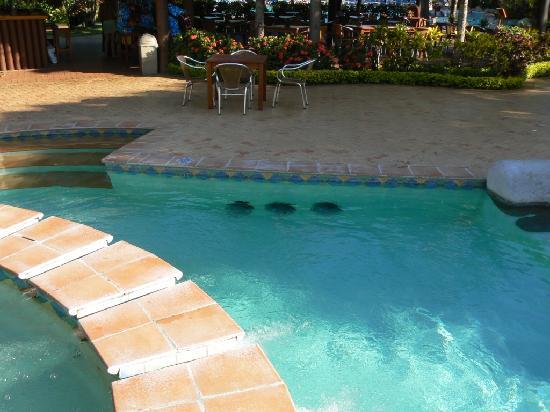 Outrigger Fiji Beach Resort: Dangerous area of resort pool