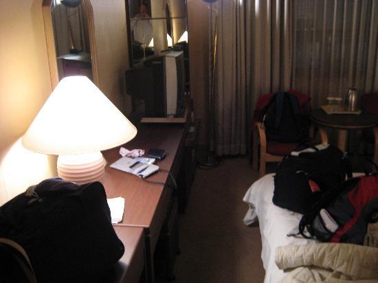 New Kukje Hotel : Desk, TV, fridge
