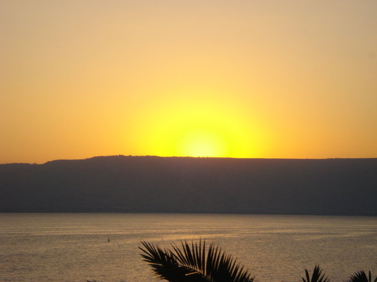 Israël: Waiting for the sun to rise over the Sea of Galilee (from Tiberias)