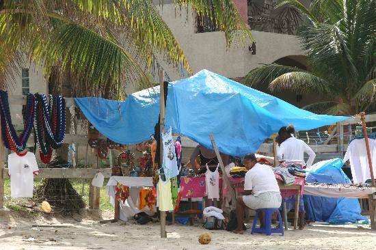 Henry Morgan Resort: vendeurs sur la plage