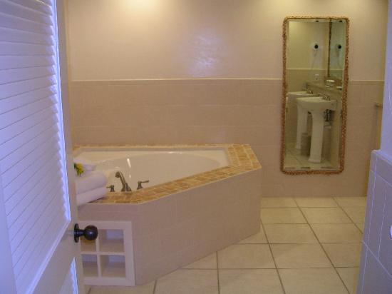 Galley Bay Resort : Huge bathroom!