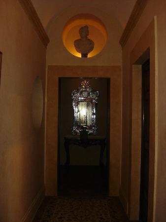 La Posta Vecchia Hotel : corridoio che porta alla suite