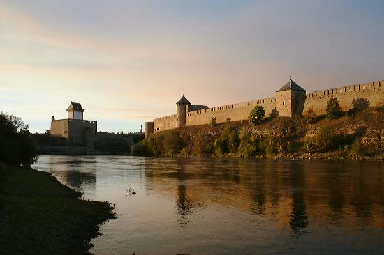 Narva, Estonie : Two castle's facing eachother