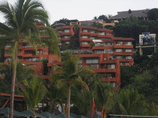 Pacifica Resort Ixtapa : The resort from a beach view