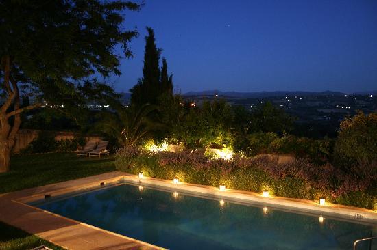 Hotel La Fuente De La Higuera: pool lit at night