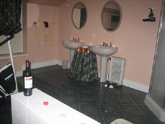 Cromwell Manor Historic Inn : Big suite, Big bathroom