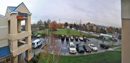 Fairfield Inn & Suites Portland Airport: Blick von meinem Zimmer auf der Vorderseite des Hotels
