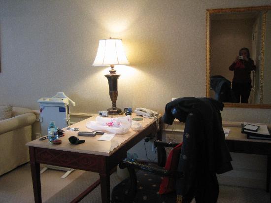 Jinyu Hotel: Desk area