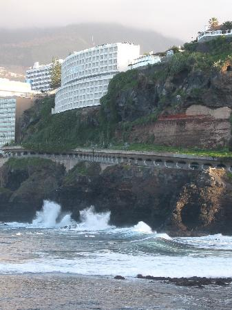 Atlantic Mirage Suites & Spa : The hotel is built on top of a cliff