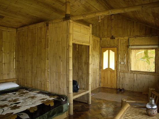 Huai Khum Resort: Ein Zimmer, sauber und hell.
