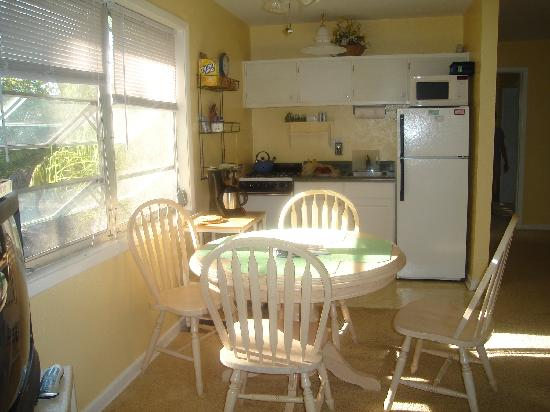 Periwinkle Cottages of Sanibel: nice kitchen in the IBIS