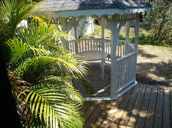 Periwinkle Cottages of Sanibel: gazebo on the Sandpiper Cottage