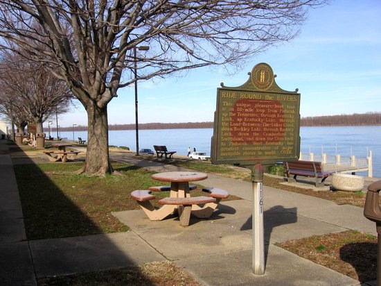 Paducah, KY: Marker and tables long the riverwalk, with elevated platform in the background.