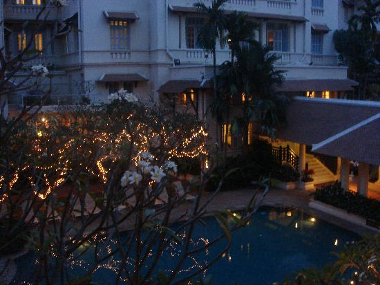 Raffles Hotel Le Royal: The swiming pool and the lights