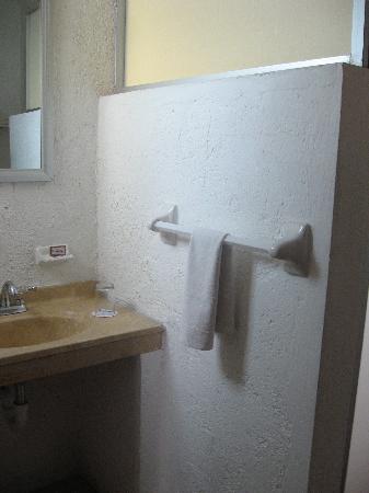 Grand Royal Lagoon: clean bathroom- hot water