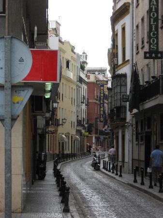 Hotel Montecarlo: Show street - bit of hotel front Monte Carlo