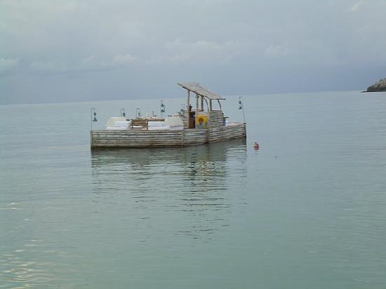 Amanpulo: floating bar
