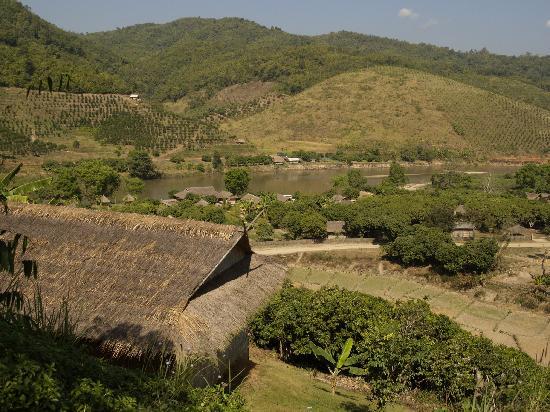 Huai Khum Resort: Blick von den Häusern über das Tal