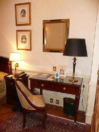 Hotel Luxembourg Parc: desk