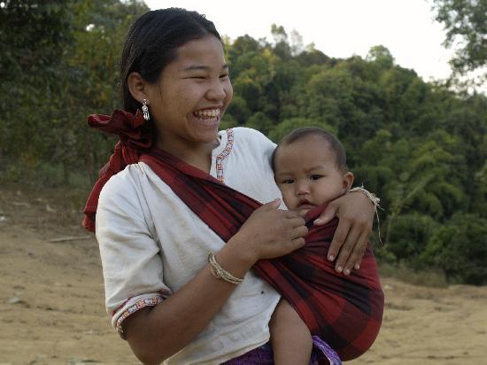 Huai Khum Resort: Junge Mutter im Dorf