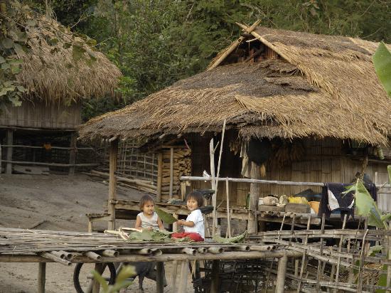 Huai Khum Resort: Spielende Kinder in einem der nahen Dörfer