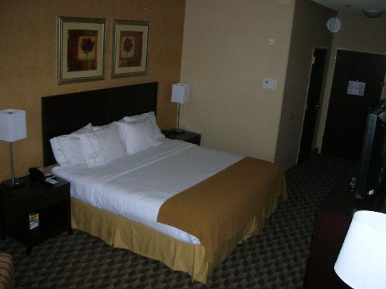 Holiday Inn Express Phoenix Downtown: Standard room (other direction)