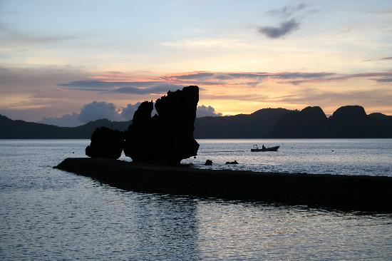 El Nido Resorts Lagen Island: Sunset from our overwater cottage