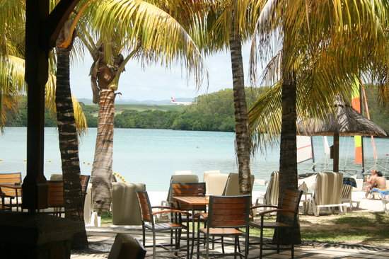Shandrani Beachcomber Resort & Spa All Inclusive: You can see the runway from the hotel