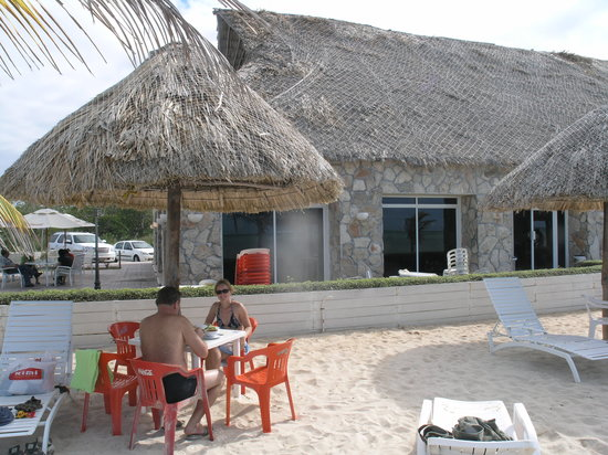 Champoton, Μεξικό: restaurant building viewed from beach