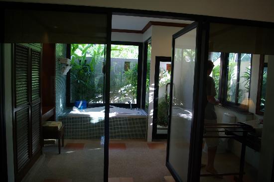The Kib Resort & Spa: The huge bathroom with outdoor shower