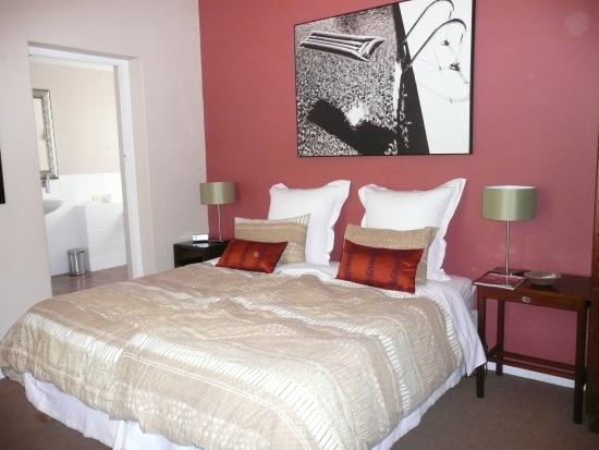 Cactusberry Lodge: The bedroom with lovely large bed