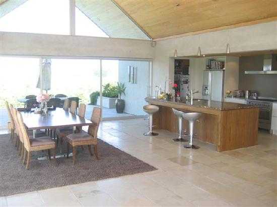 Takatu Lodge & Vineyard: kitchen and dining room