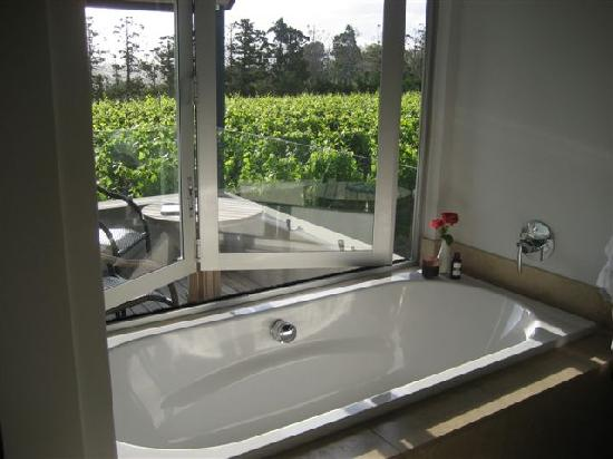 Takatu Lodge & Vineyard: tub overlooking vineyard