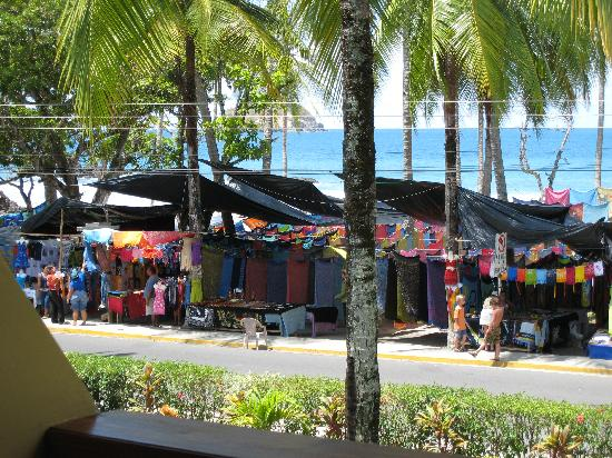 Hotel Manuel Antonio: view of beach and street vendors from balcony