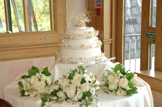 Damson Dene Hotel: The cake was set up in a gorgeous room with large mirrors reflecting the grounds