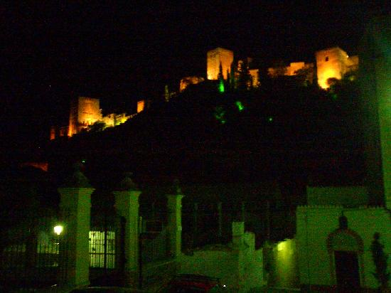 Casa Del Aljibe Guest House: The Alhambra at night