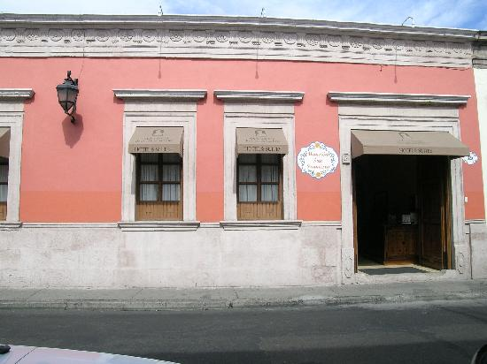 Casa de Los Dulces Suenos: Front of Hotel from the street.