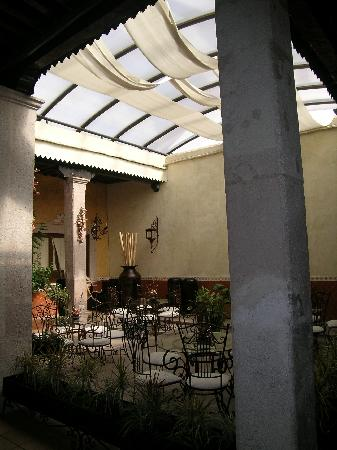 ‪كاسا دي لوس دولسيز سونس: Interior courtyard/breakfast area.‬
