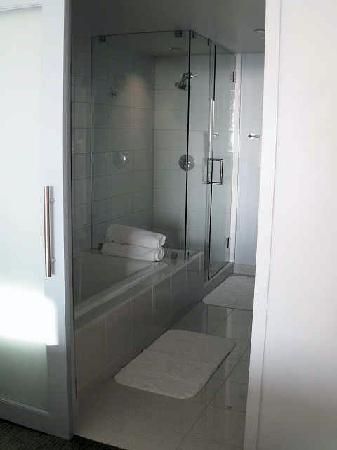 Tower23 Hotel: Bathroom with deep soaker tub